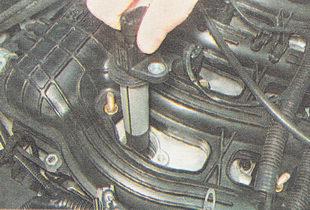 вынимаем катушку зажигания из головки блока цилиндров