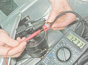 измеряем напряжение питания на выводе А разъема жгута проводов клапана продувки адсорбера