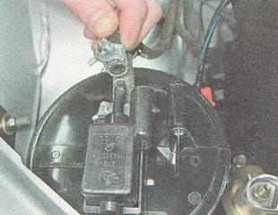 снимаем шланг с патрубка клапана продувки адсорбера