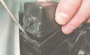 снимаем клапан с адсорбера