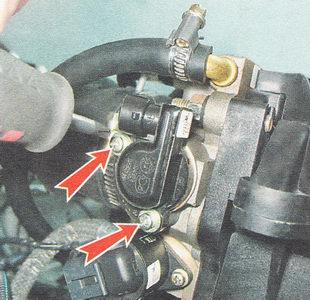 винты крепления регулятора холостого хода к корпусу дроссельной заслонки