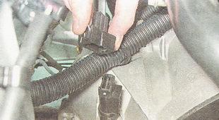 отсоединяем разъем жгута проводов от датчика скорости