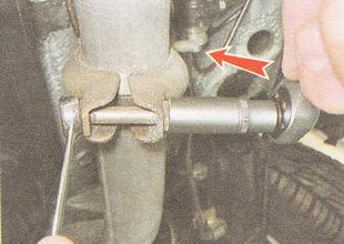 гайки двух стяжных болтов соединительного хомута глушителя ВАЗ 2112