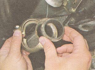 хомут и извлекаем уплотнительное кольцо глушителя ВАЗ 2111