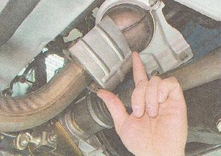 снимаем стопорную шайбу и защитный экран приемной трубы глушителя ВАЗ 2111