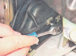 саморез крепления резинового чехла вилки сцепления