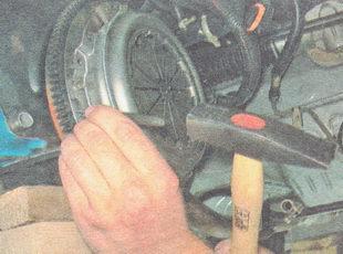 кернером помечаем положение корзины сцепления на маховике