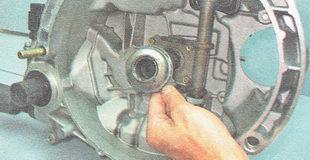 снимаем с направляющей втулки выжимной подшипник сцепления в сборе с муфтой