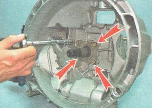 болты крепления направляющей втулки выжимного подшипника сцепления ВАЗ 2111