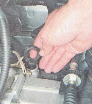 щуп для проверки уровня масла в КПП ВАЗ 2110