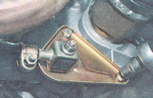 болты крепления кронштейна реактивной тяги к коробке передач