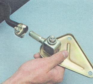 отсоединяем проушину с кронштейном от реактивной тяги