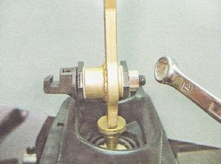 отворачиваем гайку оси рычага переключения передач