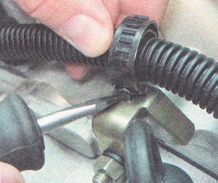 хомут крепления жгута проводов установленного на картере коробки передач