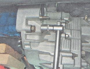болты крепления коробки передач к двигателю ВАЗ 2112