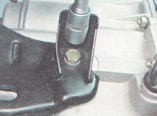 болт крепления кронштейна опоры силового агрегата