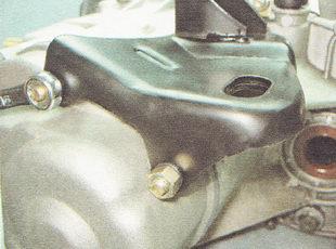 гайки крепления задней крышки картера коробки передач ВАЗ 2110