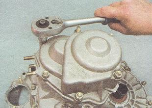 гайки крепления задней крышки картера коробки передач ВАЗ 2112