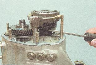 снимаем со вторичного вала шестерню пятой передачи вместе с блокирующим кольцом синхронизатора, муфтой и вилкой