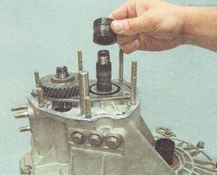 снимаем со вторичного вала коробки передач втулку шестерни пятой передачи