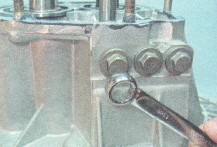 пробка фиксатора штока пятой передачи