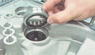 наружное кольцо роликового подшипника вторичного вала