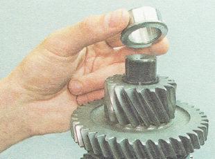 спрессовываем внутреннее кольцо роликового подшипника с вторичного вала
