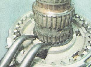 стопорное кольцо ступицы муфты включения первой-второй передач