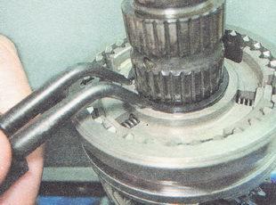стопорное кольцо ступицы муфты включения третьей-четвертой передач