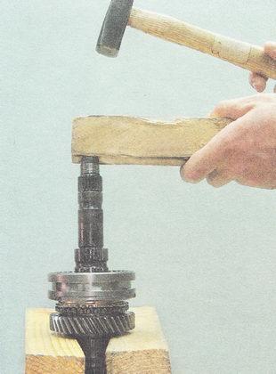 выпрессовываем вторичный вал из ступицы муфты