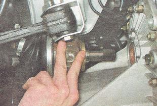 извлекаем шарнир из коробки передач и снимаем привод в сборе с автомобиля