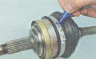 маркером наносим на них метки, указывающие направление вращения