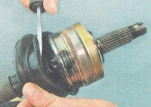 снимаем пыльник ШРУСа с корпуса наружного шарнира