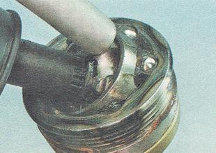 спрессовываем наружный шарнир с вала привода ВАЗ 2111