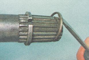 снимаем со шлицев вала привода стопорное кольцо