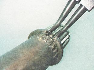 при помощи разжимных щипцов снимаем упорное кольцо