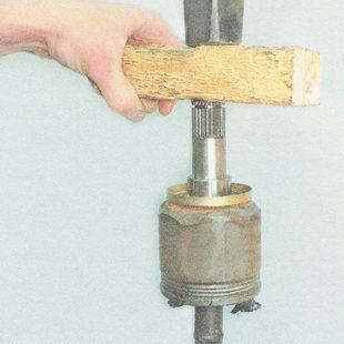 напрессовываем шарнир на вал до полной установки стопорного кольца