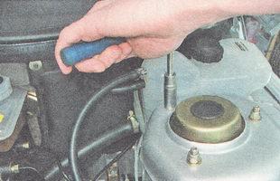 гайки крепления верхней опоры передней стойки ВАЗ 2110