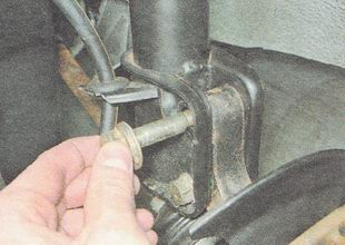 крепление поворотного кулака к передней стойке