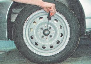 снимаем колпак ступицы переднего колеса
