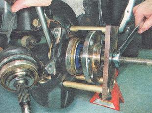 выпрессовываем ступицу переднего колеса из поворотного кулака