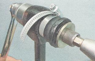 для облегчения работы можно стянуть резиновую втулку сайлентблока хомутом