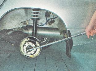 отворачиваем гайку ступицы заднего колеса