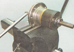 съемником выпрессовываем подшипник из задней ступицы