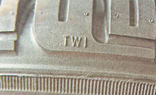 условные обозначения в виде букв «TWI» или стрелкам «вверх» на боковине шины