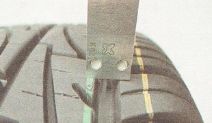 проверка степени износа протектора по краям шины