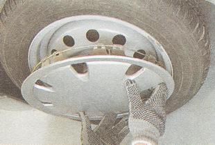 снимаем декоративный колпак колеса