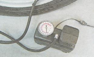 контролируйте давление по показаниям манометра насоса или компрессора