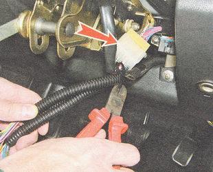 разъединяем разъемы жгута проводов замка зажигания