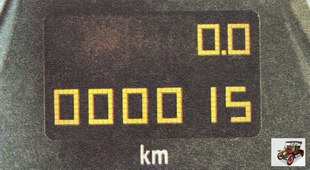 дисплей электронного счетчика суммарного и суточного пробега или времени Опель Астра Н